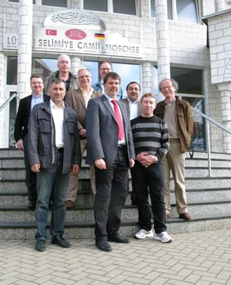 Thews und Möller mit SPD-OV Lünen-Stadt vor der Moschee