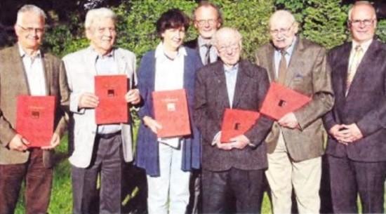 Fünf Jubilare wurden für ihre Treue zur SPD geehrt. Fraktionsvorsitzender Rolf Möller (r.) und Ortsvereinsvorsitzender Siegfried Störmer (M.) gratulierten.       RN – foto: beimdiecke