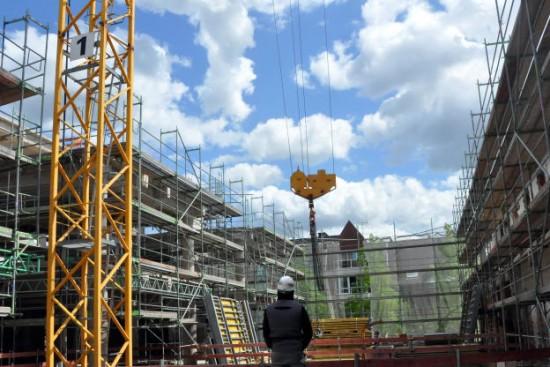 Im 1. Obergeschoss, wo Innenhof und Wohnungen entstehen, sind die Gerüste hochgezogen.   Foto: Magdalene Quiring-Lategahn
