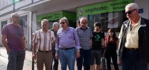 Anwohner im Gespräch mit Bürgermeisterkandidat Rolf Möller an der Bushaltstelle Bäckerstr.