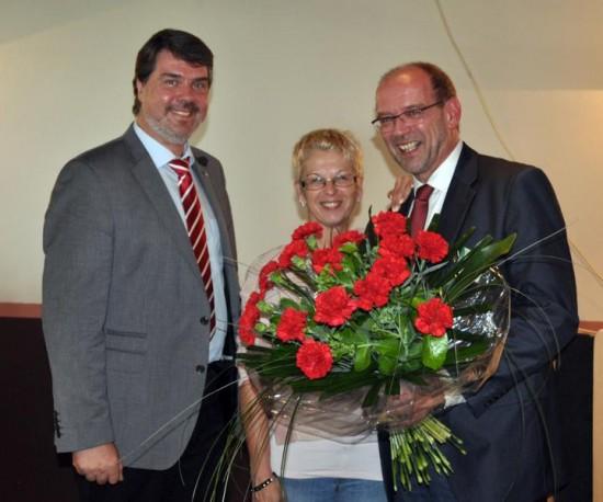 Rote Nelken gab es für Rainer Schmeltzer (r.) von Michael Thews, eine herzliche Umarmung von seiner Frau Renate Schmeltzer-Urban. Foto: Beate Rottgardt