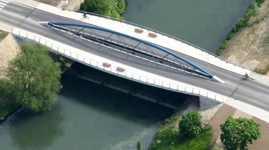 So sieht die jüngste aller Lüner Lippebrücken aus der Luft aus. Die Graf-Adolf-Straße, das Bauwerk mit dem markanten blauen Bogen, heißt bald Salford-Brücke, benannt nach Lünens Partnerstadt Salford._Foto: Oskar Neubauer (Archiv)