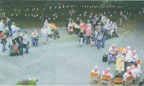 Die Besucher des Lampionfestes im Stadtpark freuten sich über das Lichtermeer._ RN-FOTO BLANDOWSKI